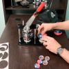 ВИДЕО / Вырубка и вальцовка значков